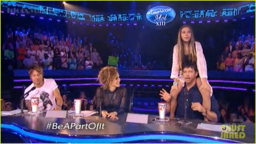 harry-connick-jr-random-girl-shoulder-ride-american-idol-01